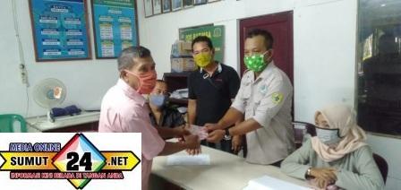 Pangulu Nagori Dolok Merangir I (A. Khoiruddin) bersama Tenaga Ahli P3MD Kabupaten Simalungun (Arjuna) menyerahkan BLT Dana Desa kepada Keluarga Penerima Manfaat (22/05/2020)