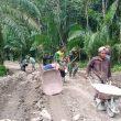 Kejar Kehilangan Waktu Akibat Hujan, Warga Antusias Bantu  Satgas TMMD